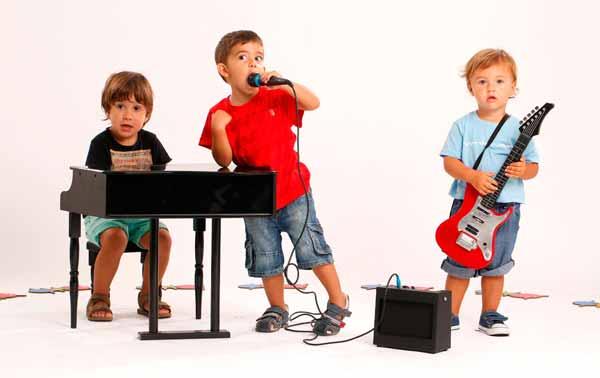 عکس کودکان در حال یادگیری موسیقی
