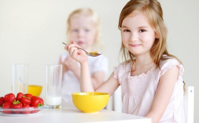 ۱۱ راهکار مهم برای صبحانه دادن به کودکان (با فیلم آموزشی)