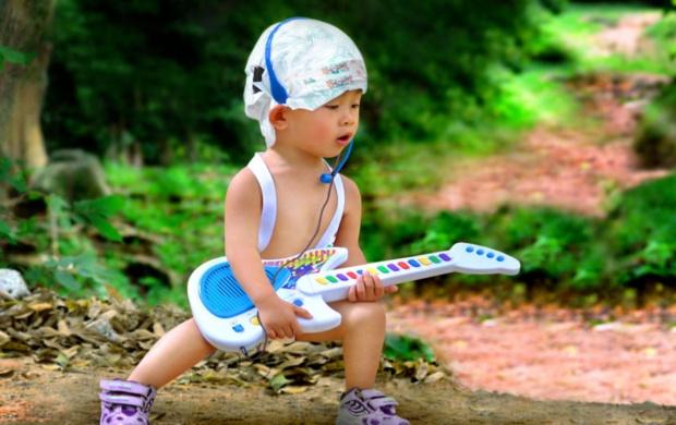 ۷ کلیپ از گیتار نوازی فوق العاده زیبای کودکان