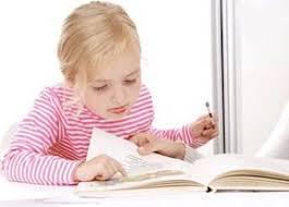عکس بچه در حال درس خواندن