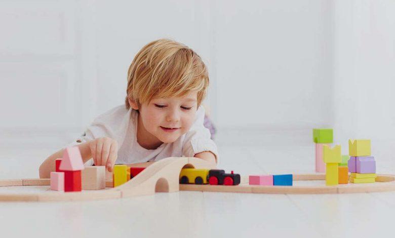 کودک در حال بازی با اسباب بازی