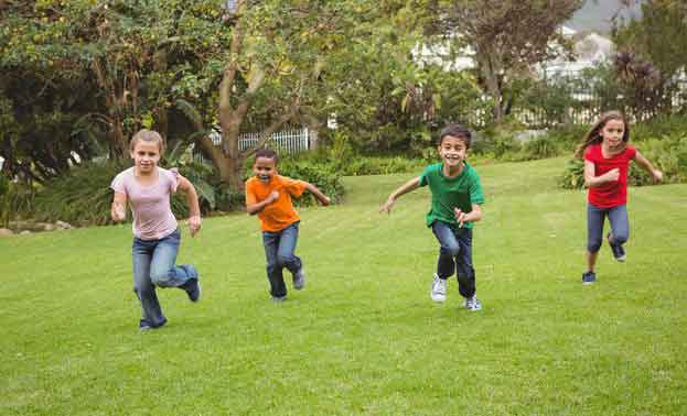 کودکان دبستانی در حال بازی