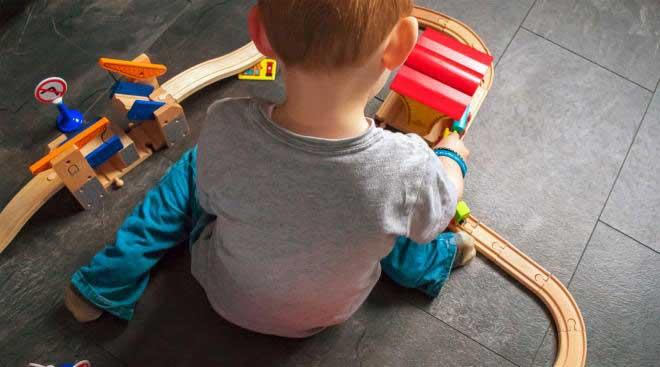 کودک اوتیسم در حال بازی