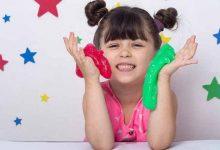 کودک در حال بازی با اسلایم