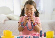 کودک در حال بازی با خمیر