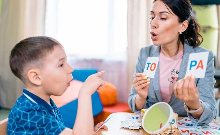 در حال آموزش تکلم به کودک