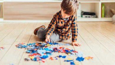 کودک در حال کار روی پازل