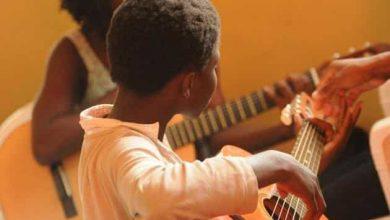 کودک در حال یادگیری موسیقی