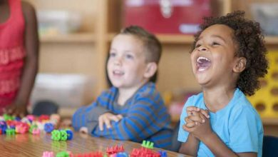 کودک 6 ساله در حال خندیدن