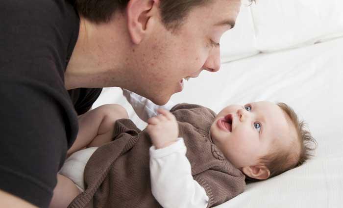 در حال صحبت با نوزاد