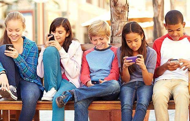 نوجوانان در حال کار با گوشی