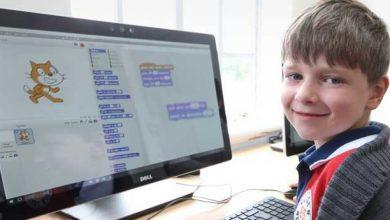 کودک در حال یادگیری برنامه نویسی